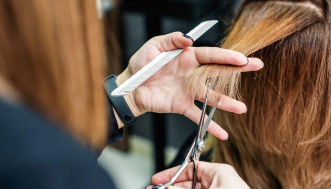 cabeleireiro-feminino-esta-cortando-cabelo-de-mulher-close-up_141172-2209